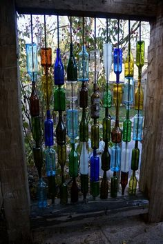 Бутылки вина выполняют роль декоративной стенки
