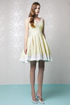 Short princess V-neckline Gazar Cloqué dress in Silver and Pastel Yellow, with floral pattern.