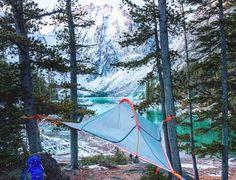 blaues baumzelt am seeufer genießen sie die verschneiten berge