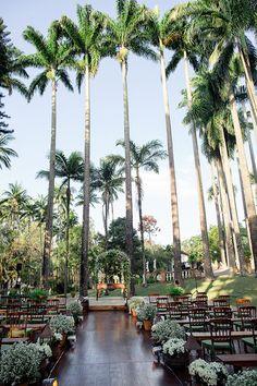 Cerimônia de casamento no jardim da Fazenda Santa Bárbara - decoração verde e branco + palmeiras imperiais ( Foto: Rafaela Azevedo )