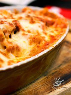 Baked pasta with peppers and Caciotta - La Pasta al forno con caciotta e peperoni è una golosità che fa contenti tutti! Consistente e ricca, soddisfa il palato di chi ama la semplicità in cucina! #pastaalfornoconcaciotta