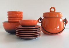 Servizio vintage in ceramica arancio. Zuppiera H.cm.22xdiametro14. Ciotola grande H.cm.9,5x19. 5 piccole ciotole H.cm.5,5xdiametro11,5 6 piattini diametro cm.15,5.