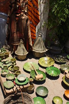 Green pottery from Zagora, Marrakech. Moroccan Colors, Moroccan Art, Marrakech, Moroccan Furniture, Arabian Nights, Mediterranean Style, North Africa, Design Crafts, Exotic
