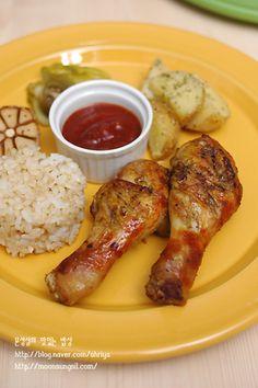 말복에 저희집에서 먹는 닭고기 요리예요~ 녀석들이 좋아하는 닭다리오븐구이.. 유달리 닭고기를 좋아하는 녀석들때문에 닭요리를 자주 하는데요~ 특히나 녀석들이 오븐에 담백하게 구운 고기를 좋아한답니다. 튀.. Baby Food Recipes, Cooking Recipes, Korean Side Dishes, Vegan Party Food, Baking Items, Korean Food, Chicken Wings, Asian Recipes, Bakery