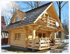The Perfect Log Cabin Log homes are one of the most resistant types of home and they are also very affordable. For centuries, people around the world have been living in log homes and they seem to be quite popular nowadays too. This next cute tiny log ho Tiny Log Cabins, Little Log Cabin, Tiny House Cabin, Log Cabin Homes, Cabins And Cottages, Mountain Cabins, Small Log Cabin Plans, Cabins In The Woods, House In The Woods