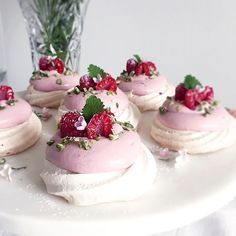 Pavlova with raspberry cream! Swedish Recipes, Sweet Recipes, Cake Recipes, Dessert Recipes, Vegan Desserts, Delicious Desserts, Bagan, Piece Of Cakes, Something Sweet