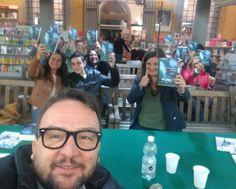 Foto coi lettori ieri alla @lafeltrinelli di Pisa. Per l'occasione 2a edizione di #confraternitaossa con fascetta!