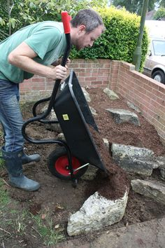 Gardening Autumn - build an alpine rockery - With the arrival of rains and falling temperatures autumn is a perfect opportunity to make new plantations Rockery Garden, Rock Garden Plants, Shade Garden, Garden Yard Ideas, Garden Paths, Garden Projects, Backyard Ideas, Alpine Garden, Alpine Plants