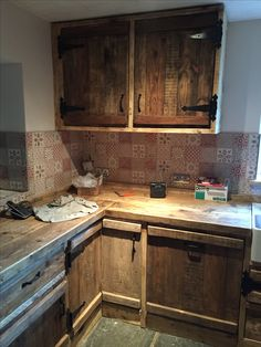 Scaffolding board and pallet kitchen.