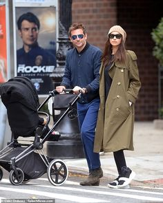 Bradley Cooper and Irina Shayk are settling into their new West Village neighborhood in New York, with the pair seen heading out for breakfast. Cooper was seen pushing a stroller. Stylish Mom Outfits, Stylish Couple, Family Outfits, Bradley Cooper Irina, Irina Shayk Style, Estilo Hipster, New Chic, Russian Models, Everyday Outfits
