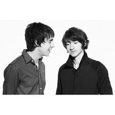 """chpe1507/2016/10/18 04:20:20/I have already posted a lot of my favourite pictures of Alex Turner and Miles Kane (see my previous posts), but I have been looking through my """"archives"""" and have found quite a few which I haven't posted before (I'm so inspired by the news of the EP and video, so be prepared for a theme! 😊). Here's another one from 2008. #thelastshadowpuppets #tlsp #alexturner #mileskane"""