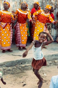 Little girl joins in an African dance. ---- (Photography by Isabel Pinto) Shall We Dance, Lets Dance, African Dance, African Art, Baile Jazz, Theme Tattoo, Dance Like No One Is Watching, Dance Movement, Jolie Photo