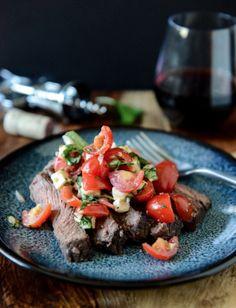 Bifteck de flanc mariné au vin rouge accompagné de salsa caprese! #bifteck #flanc #salsa #caprese #recette #viande