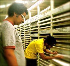 Fabián Guerrero y Tonatiuh Trejo, viendo muestras de papeles para el Manual de simbología de una afección cardiaca, de Jonathan Safran Foer.