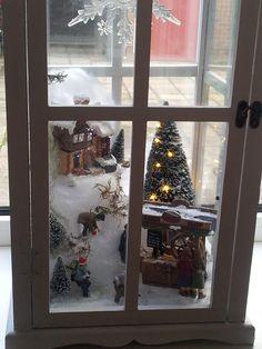 Mini kerst dorp in grote lantaarn