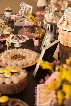 Simplesmente apaixonada por esta linda Festa RapunzelImagens Poá Festas e Craft.Lindas ideias e muita inspiração.Bjs, Fabíola Teles.                 Mai...