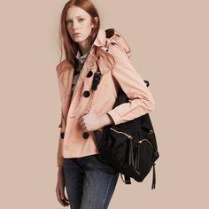 Découvrez les vestes   blousons pour femme de Burberry dont des perfectos,  manteaux raccourcis, parkas à capuche et vestes tailleur en cuir, cachemire  et ... cf82d327174