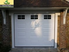 Porte de garage sectionnelle plafond motorisée, blanche finition woodgrain avec hublots croisillons blanc intégrés.