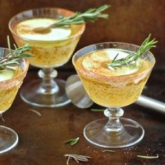 This refreshing cocktail features crisp apple cider, bourbon and warm cinnamon with a hint of Rosemary – a perfect holiday drink! | http://homemaderecipes.com/holiday-event/23-best-holiday-drink-recipes/