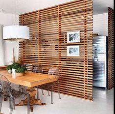 Modern evler ve daireler açık planlı tasarımları ile son yıllarda en çok tercih edilen konutlar arasında geliyor. Açık planlı evleri çok sevsekte yine de odaları bölmek ve alanları birbirinden ayırmak isteyebiliriz. Bunun için yeniden duvar örmeye gerek yok. Dekoratif paneller ve oda bölücüler kullanarak hem istediğiniz alanı ayırabilir hem de dekorasyonunuza farklı bir soluk katabilirsiniz. Oda paravanları çeşitli malzemelerden yapılıyor. Cam, ahşap, kumaş, plastik malzemeler yeri…