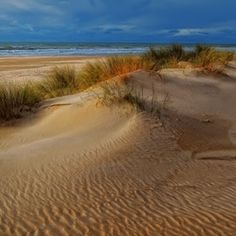 Creates that nice impression of expansiveness.  Plenty of sand-room for items.  The colour of the sky against the sand is great - light and dark, possibly a storm approaching.  There were a few storms along the way, both external and internal...