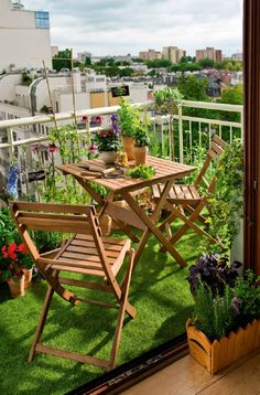 PORTATE IL PRATO SUI VOSTRI BALCONI - Design Therapy Small Balcony Garden, Small Balcony Decor, Small Terrace, Outdoor Balcony, Rooftop Garden, Balcony Design, Outdoor Decor, Small Balconies, Balcony Decoration