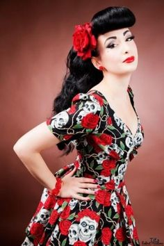 Bumper bangs and loose curls, gotta love a Rockabilly Girl! Perfect pin up hair and makeup:: Rockabilly Inspiration:: Pin Up Hair Rockabilly Pin Up, Rockabilly Moda, Rockabilly Fashion, Retro Fashion, Vintage Fashion, Rockabilly Clothing, Pin Up Vintage, Retro Pin Up, Look Vintage
