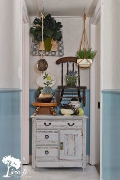 Create a Vintage Boho look with thrift store finds. - Learn how to achieve vintage boho style with thrifting. Free thrift the look checklist to guide you - Funky Home Decor, Boho Decor, Diy Home Decor, Style Boho, Look Boho, Boho Theme, Funky Junk Interiors, Look Vintage, Vintage Pottery