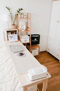 Urban outfiters bedroom - 20 Desk Organization to Arrange Your Personal Space To Be Neater Apartment Bedroom Decor, Bedroom Desk, Diy Bedroom, Bedroom Kids, Trendy Bedroom, Bedroom Storage, Urban Bedroom, Desk Storage, Urban Outfiters Bedroom
