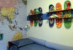 Love this for a boy's room! O arquiteto Maurício Arruda decorou este espaço com um bufê da linha José, de sua autoria. Sobre ele, preso na parede, espelho raquete de Morozini