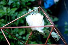 prisma de cobre diy com flores brancas e folhagem de eucalipto para mini wedding rústico romântico.