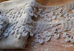 Antigua puntilla en seda para remate de mantel de lino.