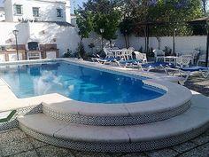 CHICLANA, CÁDIZ. Ref.10857. Alquiler de chalet independiente en la urbanización Costa Sancti Petri.  Dispone de  tres dormitorios, dos baños completos, salón comedor y cocina. Se encuentra situado en una parcela ajardinada de 400 m² con piscina y barbacoa. Situado en una zona muy tranquila a escasos 750 metros de la playa de #CostaSanctiPetri y a 1 Km aproximadamente del puerto deportivo. #Chiclana #Cádiz