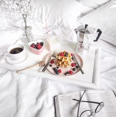 Best Breakfast In Bed Flatlay Ideas Breakfast Table Setting, Breakfast Nook Table, Breakfast At Tiffanys, Healthy Breakfast Muffins, Breakfast On The Go, Best Breakfast, Romantic Breakfast, Breakfast Ideas, Bed Tumblr