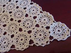Centro de mesa feito em de croche na cor marfim. Charme e estilo para decorar sua casa!...