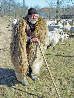 Suba de Cioban - 'the coat of the shepherd' Shepherds Hut, The Shepherd, Rain Cape, Farm Projects, Mix Photo, Schaefer, Peaceful Life, Weaving Techniques, Wow Products