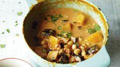 Toto voňavé thajské kari je vysoce uspokojivé jídlo. Kokosové mléko ho krásně zjemňuje, zatímco zázvor, drcené chilli, koriandr a pasta miso mu dodávají pestrou škálu fantastických chutí. Servírujte ho ideálně s hnědou rýží, ale skvěle chutná i s pohankou nebo těstovinami z hnědé rýže.