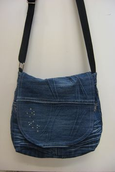 Kierrätys farkkulaukku - Recycled jeans bag Old Jeans, Denim Jeans, Mochila Jeans, Fashion Bags, Womens Fashion, Recycle Jeans, Pouch, Wallet, Denim Bag