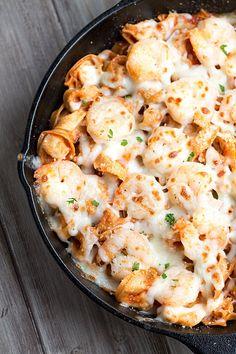 Italian Shrimp Tortellini Bake Who loves We do! This super easy Italian Shrimp Tortellini Bake has us drooling! This super easy Italian Shrimp Tortellini Bake has us drooling! Fish Recipes, Seafood Recipes, Dinner Recipes, Cooking Recipes, Dinner Ideas, Tortellini Bake, Tortellini Recipes, Cheese Tortellini, Al Dente