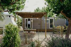 Mobil Home de alquiler en el camping situado en la Costa Dorada. Cabin, Navy, House Styles, Home Decor, El Dorado, Vacations, Hale Navy, Decoration Home, Room Decor