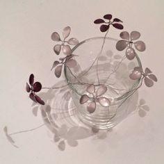 blommor av nagellack och ståltråd