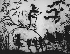 Qualche anno fa salvo dalla morte per cassonetto un pacco di riviste di teatro degli anni '60 e '70. Le illustrazioni di un lungo articolo sul teatro per ragazzi erano bellissime ma senza autore. Oggi finalmente grazie al post di Roba da Disegnatori finalmente ho un nome: Lotte Reininger.