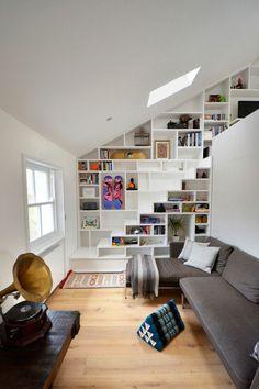 escalier pour mezzanine blanc, un mur bibliothèque