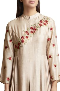 Best 12 Buy Kurta Set with Diagonal Embroidery Pattern by Sue Mue at Aza Fashions Embroidery Suits Punjabi, Hand Embroidery Dress, Kurti Embroidery Design, Embroidery On Clothes, Embroidery On Kurtis, Embroidery Fashion, Embroidery Patterns, New Dress Design Indian, Pakistani Dress Design