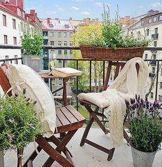 77 praktische Balkon Designs – Coole Ideen, den Balkon originell zu gestalten - bequeme balkon designs ideen holz klappstuhl