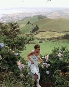 Mountain hills flowers aesthetic photo shoot model travel around the world Summer Aesthetic, Aesthetic Girl, Nature Aesthetic, Aesthetic Beauty, Flower Aesthetic, Aesthetic Photo, Travel Aesthetic, Aesthetic Fashion, Jolie Photo