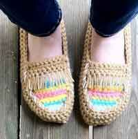 62 Crochet slippers with free crochet patterns to visit and pick up the favorite designs to work up your crochet hooks on and let your feet be warm and happy this winter! All the crochet slippers pattern is come up with step by step tutorial. Crochet Slipper Pattern, Crochet Slippers, Crochet Patterns, Crochet Woman, Diy Crochet, Tutorial Crochet, Simple Crochet, Crochet Kawaii, Cute Slippers