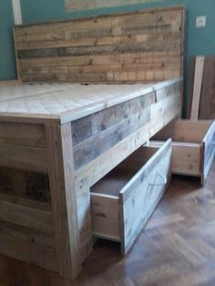 Pallet Furniture Projects DIY Wood Pallet Bed With Drawers - lots of storage under this comfy bed. Wood Pallet Beds, Wooden Pallets, Pallet Furniture, Furniture Projects, Pallett Bed, Recycled Pallets, Wood Beds, Pallet Bed Frames, Industrial Furniture