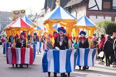 Verrückte Clowns bepackt mit fahrendem Zirkuszelt - Karneval mal Anders und einfach nur perfekt - Hallo an diese Narren