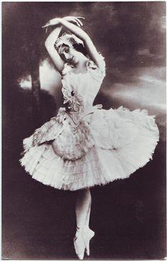Prima Ballerina Anna Pavlova with the Russian Ballet early Anna Pavlova, Ballerine Vintage, Dance Baile, Martha Graham, Vintage Ballerina, Russian Ballet, Svetlana Zakharova, Ballet Photos, Ballet Costumes